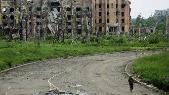 Ополченец ДНР возле аэропорта Донецка