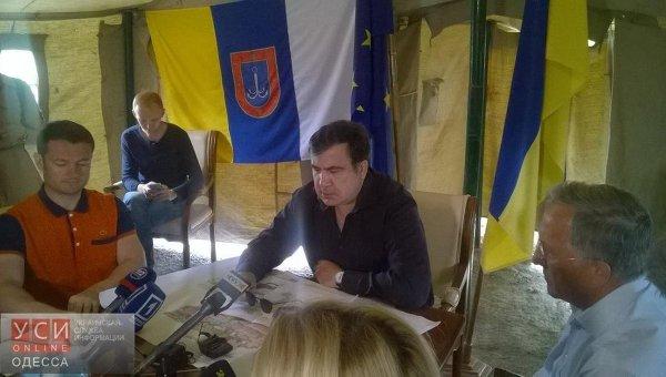 Губернатор Одесской области Михаил Саакашвили провел первый прием в палатке на трассе Одесса-Рени, куда перенес свою приемную