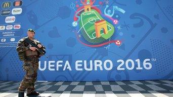 Полицейский охраняет вход в фан-зону на Евро-2016
