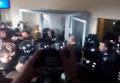Массовая драка сторонников Заверухи и спецназа на суде. Видео