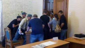 Активисты прорываются в горсовет Львова