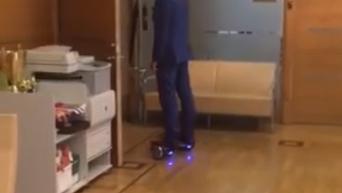 Мэр Риги катается на гироскутере в Думе
