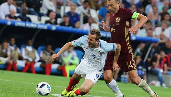Игрок сборной Англии Харри Кейн (слева) и игрок сборной России Василий Березуцкий.