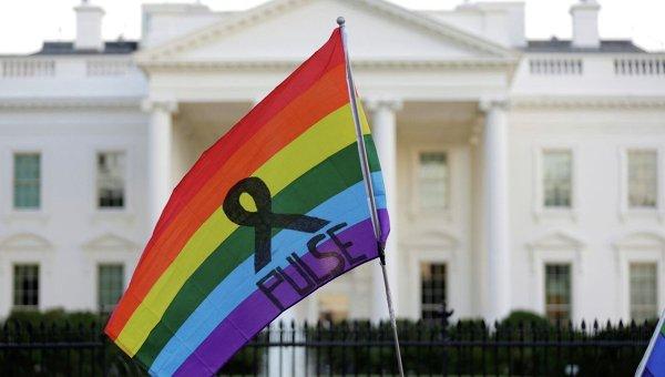Флажок с ЛГБТ с названием ночного клуба Pulse в Орландо, где произошел теракт