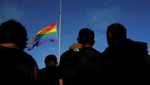 Флаг ЛГБТ-сообщества в Сан-Диего на акции почтения памяти жертв теракта в Орландо