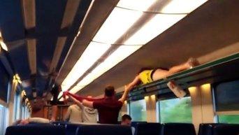 Соревнования немецких фанатов по ползанию на полках поезда