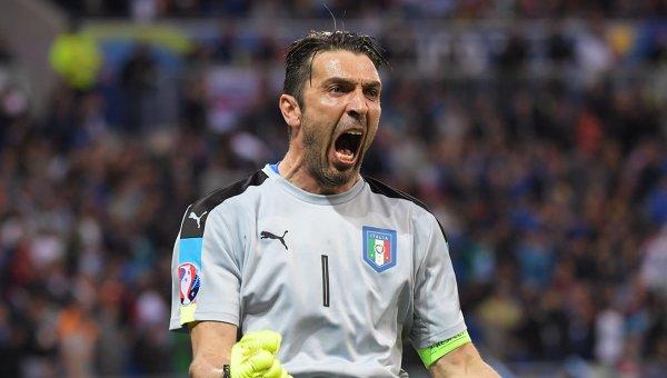 Вратарь сборной Италии Джанлуиджи Буффон радуется забитому мячу в матче группового этапа чемпионата Европы по футболу - 2016 между сборными командами Бельгии и Италии