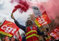 Участники акции против нового трудового законодательства на одной из улиц Парижа