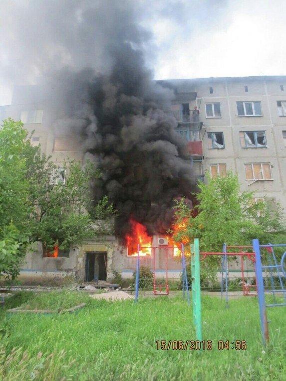 Последствия попадания снаряда в жилой дом в Красногоровке