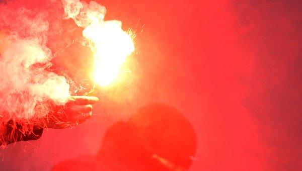 Болельщики зажигают файер. Архивное фото