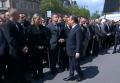Французский полицейский отказался пожать руку Олланду и Вальсу. Видео