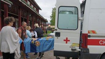 Сотрудники МЧС России и врачи скорой медицинской помощи на месте проведения поисково-спасательной операции в районе озера Сямозеро в Карелии