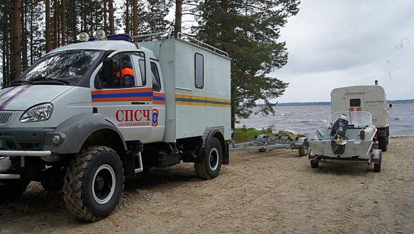 Автомобиль МЧС РФ на месте проведения поисково-спасательной операции.