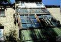 Последствия обстрела многоэтажки в Красногоровке