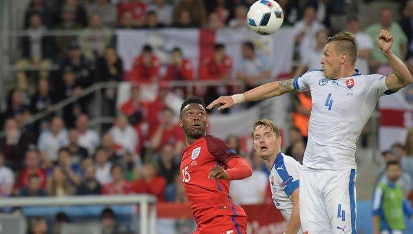 Игрок сборной Англии Дэниел Старридж, игроки сборной Словакии Томаш Губочан и Ян Дюрица (слева направо)