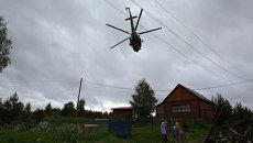 Вертолет МЧС РФ на месте проведения поисково-спасательной операции в районе озера Сямозеро в Карелии.