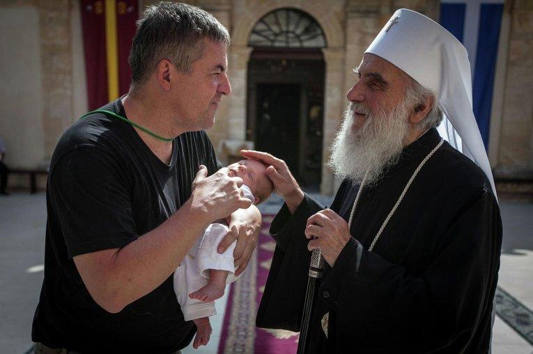 Патриарх Сербский Ириней благословляет ребенка во время Всеправославного собора на Крите