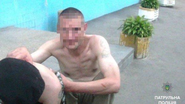 Полиции удалось задержать мужчину, который подозревался в нанесении ножевого ранения и нападении на женщину.