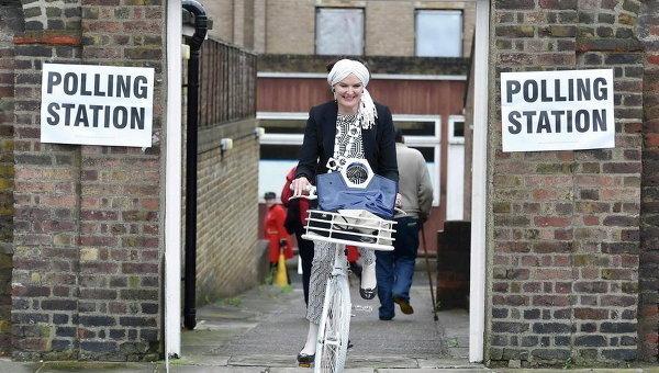 Женщина выезжает из избирательного участка на референдуме об отсоединении Британии от Европейского Союза в Челси, Лондон