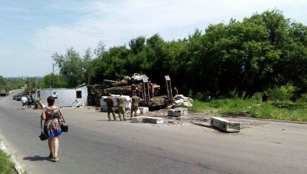 Военный тягач влетел в блокпост близ Лисичанска, один погибший
