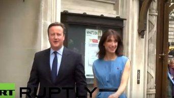 Дэвид Кэмерон с супругой во время референдума. Видео