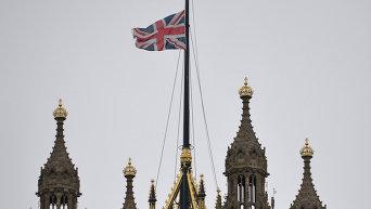 Флаг Великобритании над зданием парламента