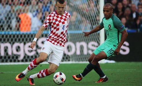 Игрок сборной Хорватии Иван Перишич (слева) и игрок сборной Португалии Жоау Мариу