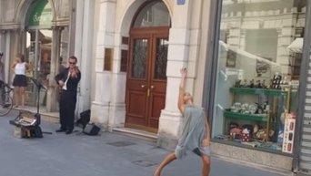 В Триесте палестинка покорила итальянцев танцем под музыку уличного музыканта. Видео