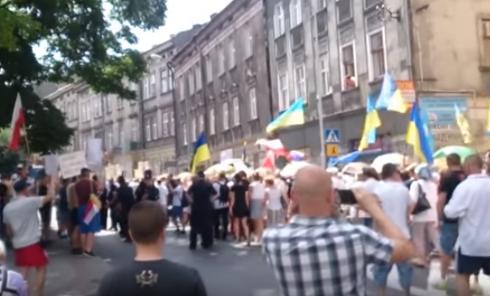 Столкновения в Польше: радикалы напали на марш украинцев. Видео