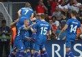 Игроки сборной Исландии радуются забитому мячу.