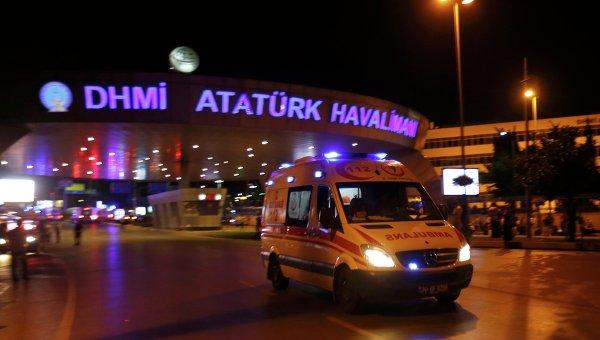 Скорая возле аэропорта Ататюрка в Стамбуле после взрыва 28 июня 2016 года