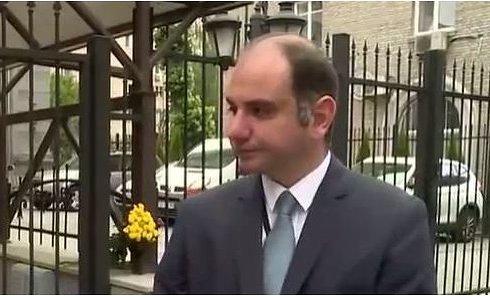Киевляне несут цветы к посольству Турции