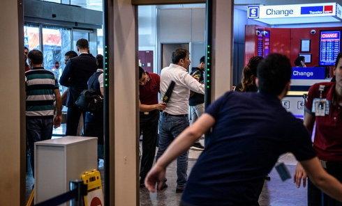 Сотрудники службы безопасности проверяют пассажиров и работников в Международном аэропорту Ататюрк после терактов в Стамбуле