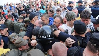 Потасовка между протестующими и правоохранителями на Думской площади в Одессе