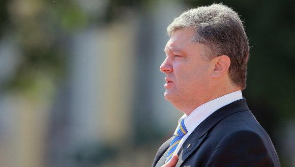 Инаугурация. Президент Петр Порошенко на Софийской площади в Киеве на церемонии торжественного поднятия флага президента Украины.