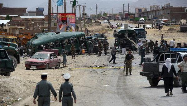 Афганские сотрудники службы безопасности на месте взрыва бомбы на окраине Кабула