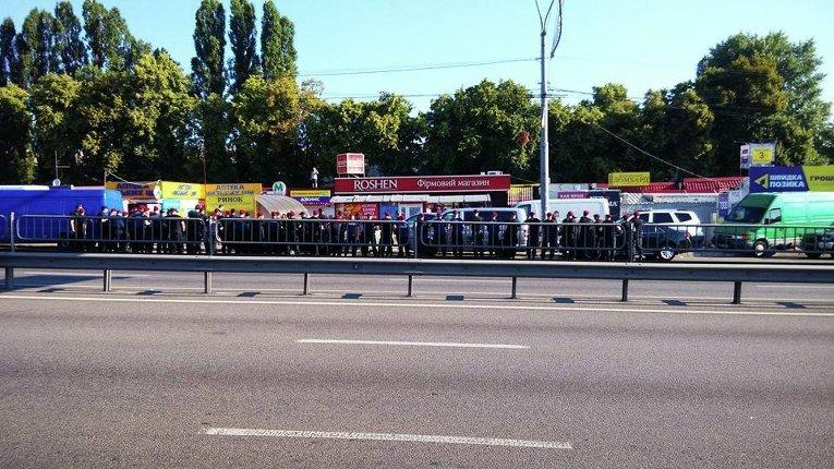 Снос МАФов возле метро Святошин в Киеве