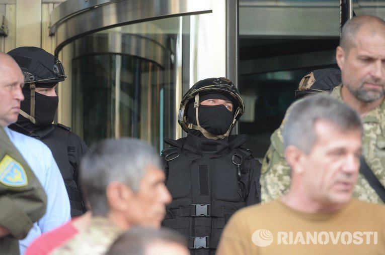 Участники АТО обложили офис ДТЭК шинами, требуя отставки гендиректора