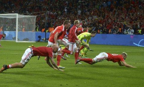 Игроки сборной Уэльса радуются победе в матче 1/4 финала чемпионата Европы по футболу - 2016 между сборными командами Уэльса и Бельгии