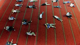 Мусульмане в Джакарте во время праздничной молитвы