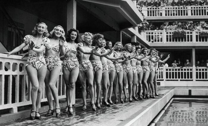 Танцовщицы Мулен Руж в откровенных купальниках 70 лет назад
