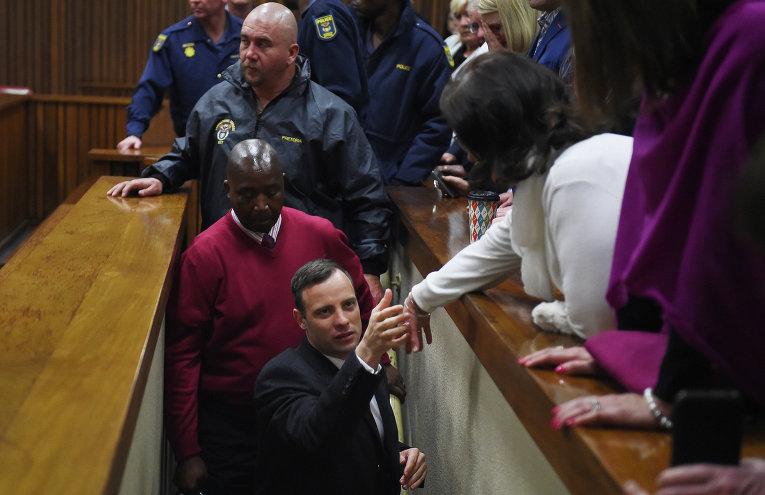 Южноафриканский спортсмен-ампутант Оскар Писториус признан виновным в убийстве своей подруги Ревы Стенкамп и приговорен к шести годам лишения свободы