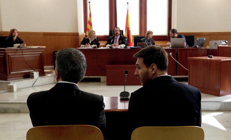 Аргентинский футболист Барселоны Лионель Месси вместе со своим отцом Хорхе Месси приговорен судом в Испании к 21 месяцу тюрьмы за уклонение от уплаты налогов.
