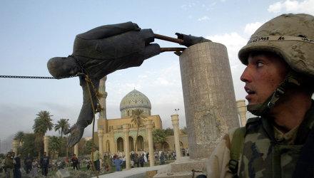 Солдат армии США в Багдаде, Ирак, наблюдает, как падает памятник президенту Ирака Саддама Хусейна. Архивное фото