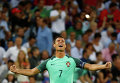 Криштиану Роналду радуется победе сборной Португалии над сборной Уэльса