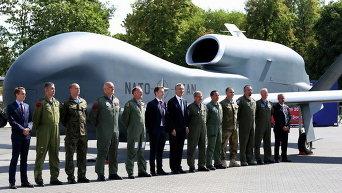 Генеральный секретарь НАТО Столтенберг с официальными лицами и военнослужащими возле беспилотника в Варшаве