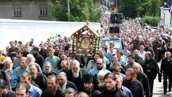 Многотысячный Крестный ход сгеоргиевскими ленточками вышел изДонбасса вукраинскую столицу