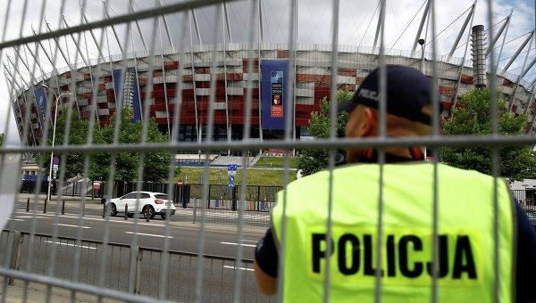 Польский полицейский охраняет Национальный стадион, где проводится саммит НАТО в Варшаве.