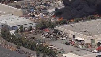 Пожар в центре по переработке отходов в Калифорнии. Видео