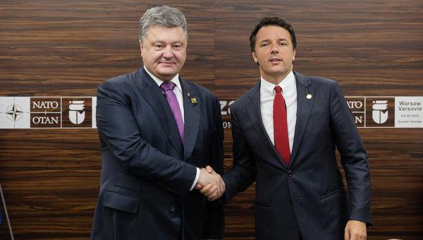 Президент Украины Петр Порошенко и премьер-министр Италии Маттео Ренци во время встречи в рамках саммита НАТО в Варшаве.